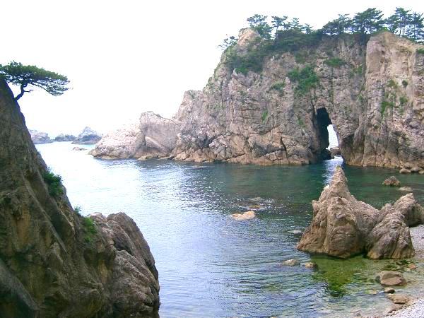 新潟県村上市の県北の海(笹川流れ)は水質も素晴らしい綺麗な岩場が続きます。