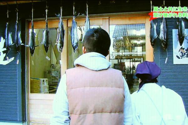お店の向かいにある鮭専門の加工場でヤンもお手伝い